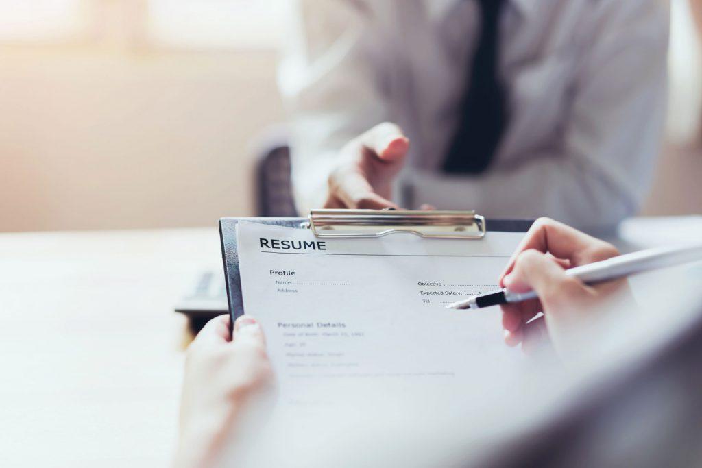 Redactar un buen currículum es la primera premisa para encontrar empleo